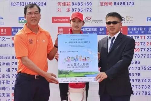 中国高尔夫第一人张连伟先生(左)